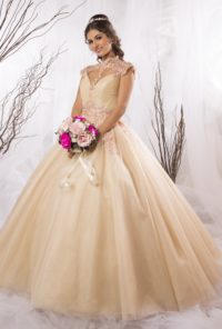 91b5374fc7 Exquisito vestido bordado en cuello y hombros. Cuello mao y escote en tul  ilusión