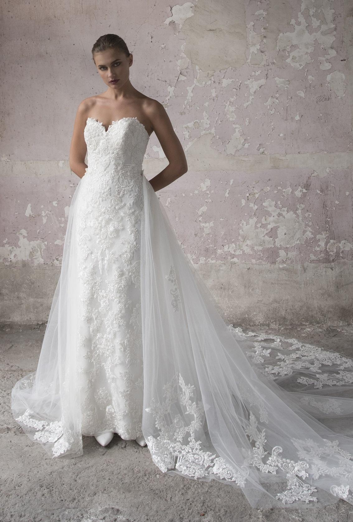bfab610c1da Vestido recto, con una espectacular cauda desmontable. Su espalda con  agujeta cruzada y escote straplee definirá tu natural belleza.